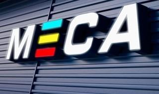 MECO-logo på blå vegg